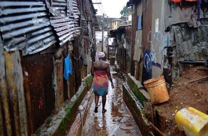 Ebola: Les bidonvilles de Freetown, maillon faible de la lutte contre la maladie