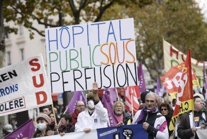 Plusieurs centaines de soignants hospitaliers défilent à Paris