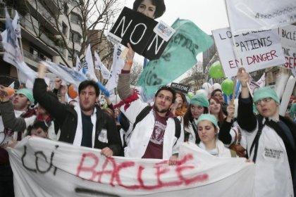 Loi santé: les médecins maintiennent la pression, en appellent aux députés