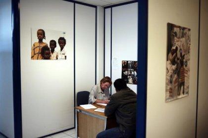 Chez Médecins du Monde, des étrangers font la queue pour se soigner