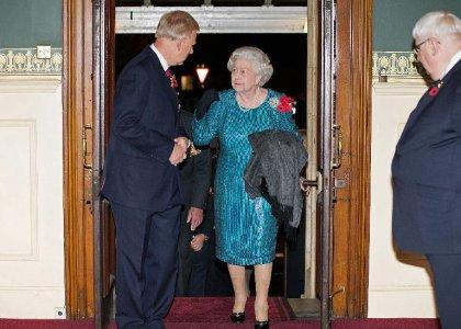 La reine d'Angleterre s'inquiète que la lutte contre Ebola éclipse la malaria