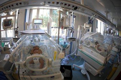 Grande-Bretagne: un bébé meurt infecté par sa perfusion, 14 autres malades