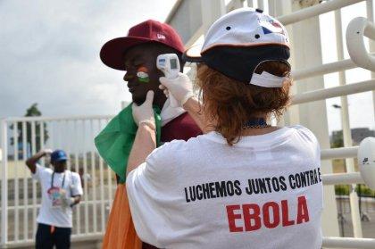 Ebola: l'épidémie ralentit mais n'est