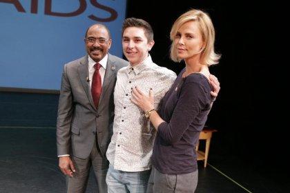 Charlize Theron braque les projecteurs sur l'urgence d'endiguer le sida