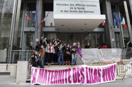 Des défenseurs de la maternité des Lilas s'enchaînent devant le ministère de la Santé