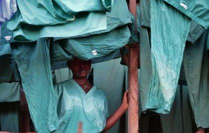 Ebola: critiques au deuxième jour de confinement en Sierra Leone