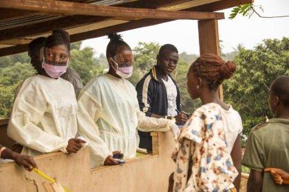 Ebola: urgence sanitaire en Guinée, fin du confinement en Sierra Leone