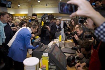 Ségolène Royal aux caisses de magasins pour alerter sur le bisphénol
