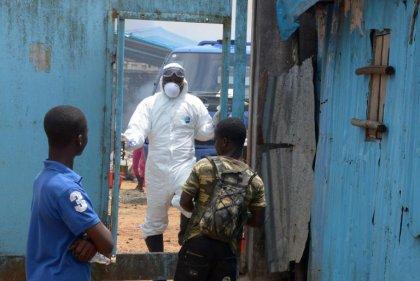 Ebola: l'épidémie s'accélère, pas de solution avant six à neuf mois, selon l'OMS