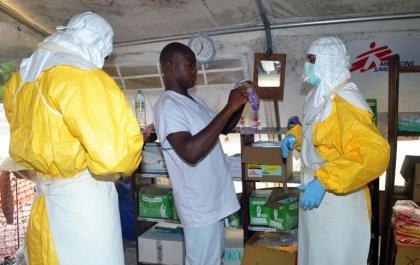 Ebola: Sierra Leone et Liberia prennent enfin des mesures draconiennes