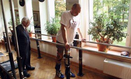 Les médecins ayant fait marcher un homme paralysé cherchent d'autres patients