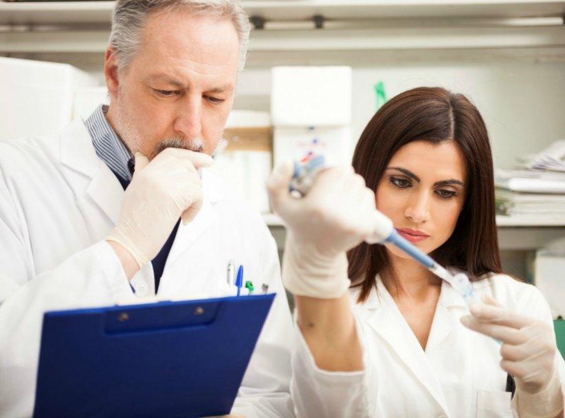 Par règlement européen, les industriels des cosmétiques doivent garantir l'innocuité bactériologique de leurs produits. Les laboratoires recourent donc aux conservateurs, choisis parmi une liste de substances autorisées.