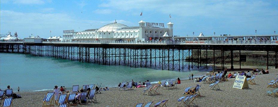 Village de pêcheurs médiéval, devenu station balnéaire dans la seconde moitié du 18ème siècle, Brighton, East Sussex, a conservé une empreinte tenace du passé et dégage un charme particulier, à la fois branché et suranné, où le kitsch le dispute à un snobisme démodé.