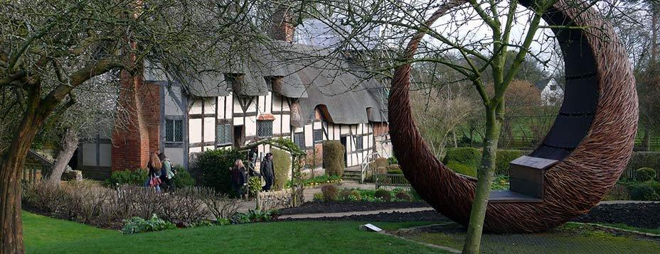 Deux villes ont servi de décor à la vie du célèbre dramaturge mort il y a plus de 400 ans : Stratford-upon-Avon et Londres. Promenade dans ses pas, des berges ombragées de l'Avon aux rives de la Tamise.