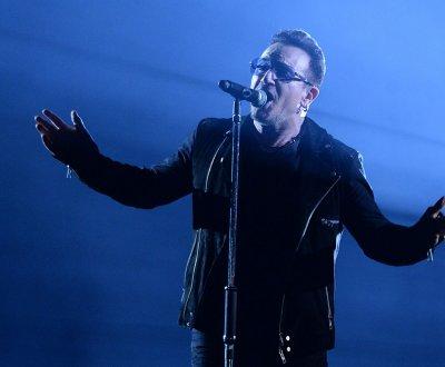 U2 : Bono, blessé à la main, ne peut toujours pas jouer de guitare